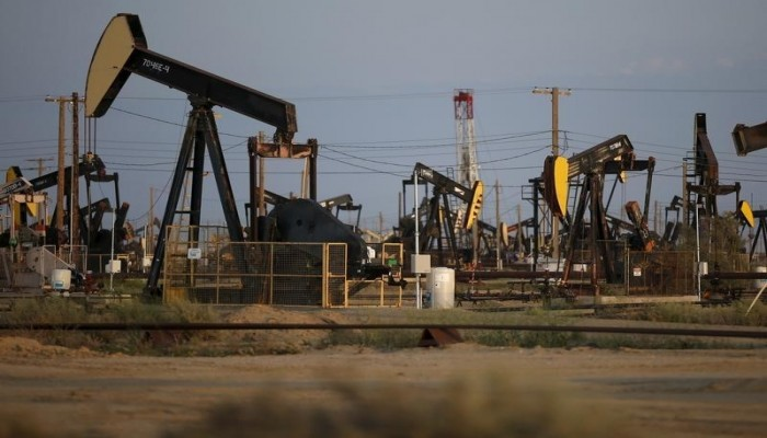 النفط يتراجع بفعل ارتفاع الدولار واحتمال زيادة الإنتاج الصخري الأمريكي
