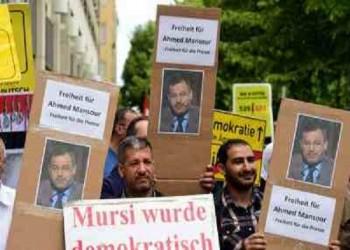 متظاهرون في ألمانيا يطالبون بإطلاق سراح الإعلامي «أحمد منصور»