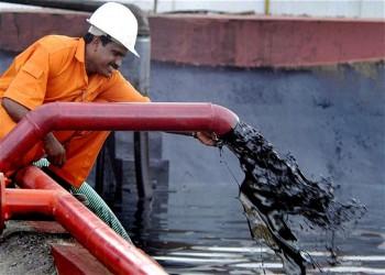 النفط يتعافى من أدنى مستوى في 6 أشهر ويتجاوز 50 دولارا للبرميل