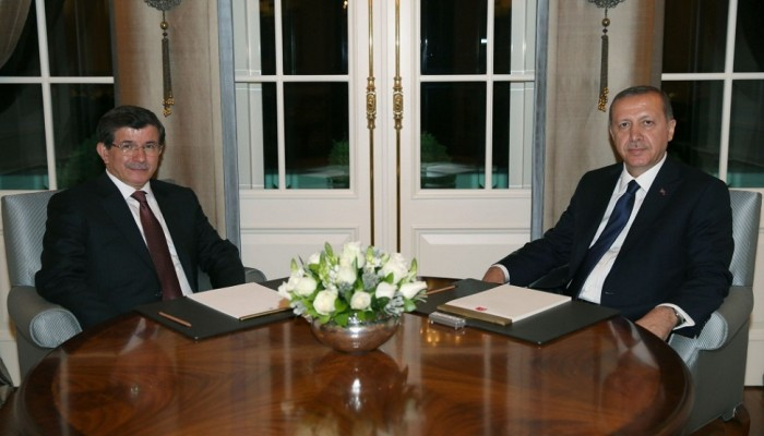 «أردوغان» يكلف «داود أوغلو» بتشكيل حكومة مؤقتة لتصريف الأعمال