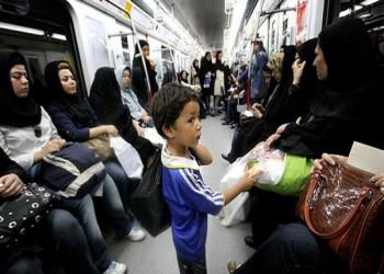 رجل دين إيراني يلاحق فتاة بالمترو لعدم ارتدائها الحجاب