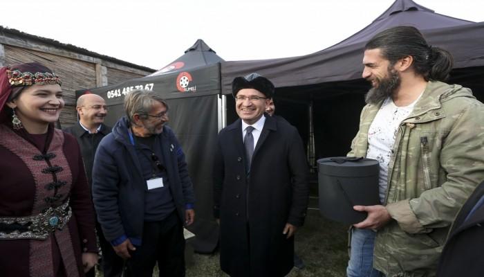 بالصور .. نائب رئيس الوزراء التركي يزور موقع تصوير «أرطغرل»