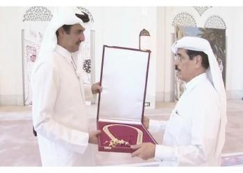 شاهد.. أمير قطر يقلد «الكواري» وشاح «حمد بن خليفة»