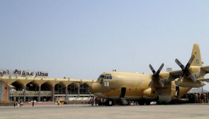 طائرة عسكرية سعودية تصل عدن.. وترجيحات بنقلها قيادات عسكرية
