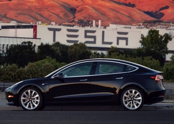 تسلا تبني مصنعا للسيارات الكهربائية بالصين