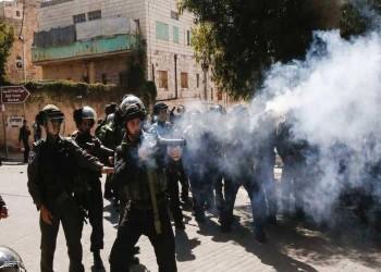 جنود إسرائيليون يطلقون قنابل الغاز تجاه مستوطنين بالضفة الغربية