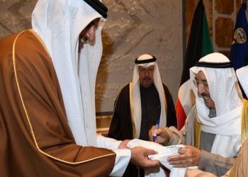 أمير قطر يهدي نظيره الكويتي قميص العنابي