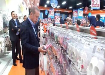 فيديو .. أردوغان يصر على دفع ثمن هدية اشتراها لحفيدته