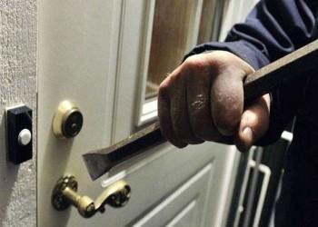 لص مرتبك يوقظ ربة المنزل لمساعدته في الهرب بالإمارات
