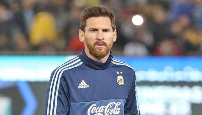 ديلي إكسبريس: «ميسي» يطالب «برشلونة» ببيع 4 لاعبين هذا الصيف