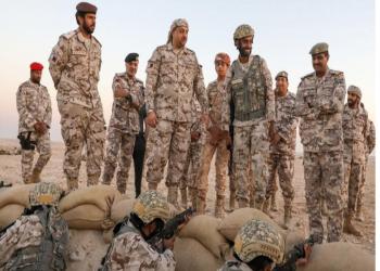 وزير الدفاع القطري بالزي العسكري على الحدود السعودية