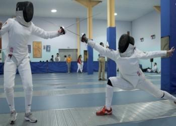 طفلة سعودية تفوز بميداليات في المبارزة وتتطلع للعالمية