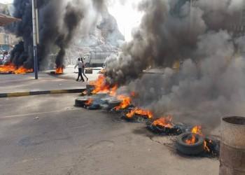 مئات اليمنيين بعدن يتظاهرون ضد انهيار الريال
