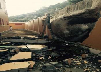 صخرة ضخمة تحطم سور مدرسة بالطائف .. والدفاع المدني يخلي المبنى