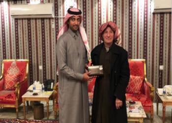 السفير القطري بالكويت يكرم مسنا شجع العنابي عبر الراديو