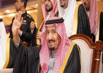 العاهل السعودي يتفاعل مع رقصة العرضة أثناء زيارة لتبوك