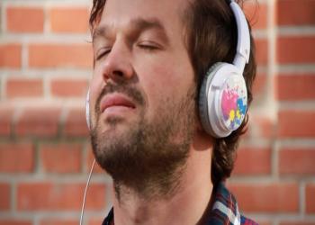 """""""سماعات الأذن"""".. خطر يهدد الصحة السمعية لجميع الفئات العمرية"""