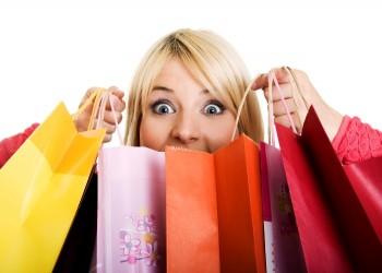 لماذا تصاب المرأة بـ«هوس التسوق»؟