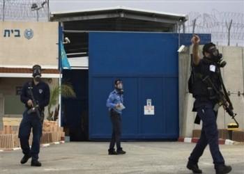 الاحتلال يقمع الأسرى إثر احتجاجات على استشهاد زميلهم