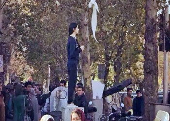 غضب بعد ركل شرطي إيراني لفتاة تعارض «الحجاب الإلزامي»