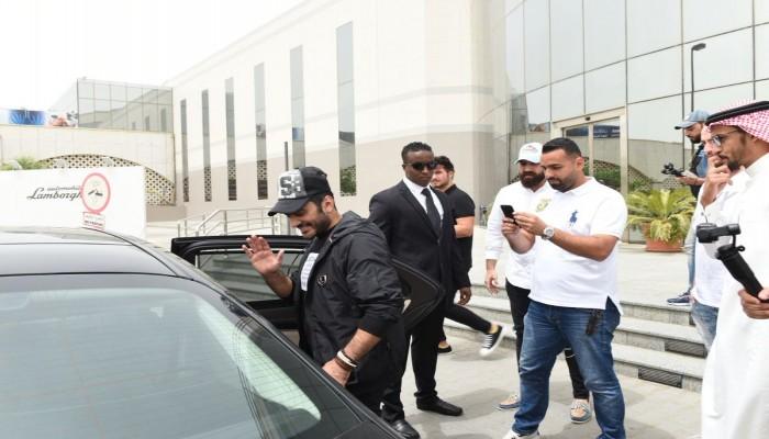 «تامر حسنى» يصل إلى جدة استعدادا لأولى حفلاته بالسعودية