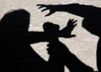 مصري يضرب أمه المسنة حتى الموت لإرضاء زوجته