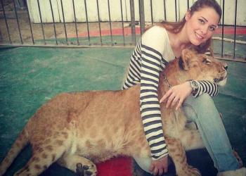 شابة مصرية تروض الحيوانات المفترسة وتصادق الأسود