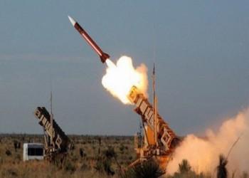 الحوثيون يعلنون إطلاق صاروخ باليستي على موقع عسكري سعودي