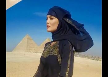 بالصور.. بطلة «ديسباسيتو» بالنقاب في مصر لتنشيط السياحة