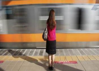بطريقة مبتكرة.. يابانيات يكافحن التحرش بالقطارات مع بدء الدراسة