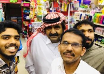 سيلفي لأمير قطر السابق مع عمال هنود يثير الإعجاب