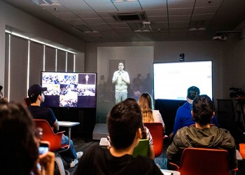 جامعة بريطانية تستعين بتقنية هولوغرام للأساتذة دون الحاجة لحضورهم
