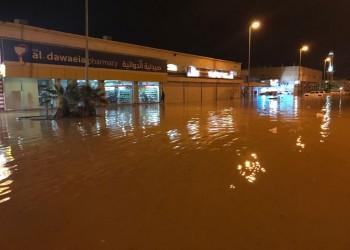 غرق مدينة سعودية بمياه الأمطار.. والأهالي يتجولون بالقوارب