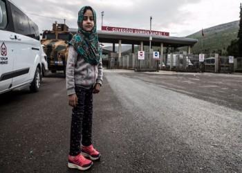 قصة إنسانية مؤثرة.. طبيب تركي يعالج طفلة سورية ولدت بلا ساقين