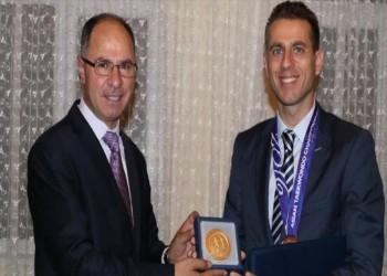 «عباس» يمنح رياضيا تركيا «ميدالية فلسطين الذهبية»