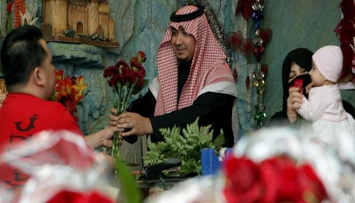 «الهيئة» تتراجع نسبيا.. والسعوديون في «عيد الحب»: الممنوع مرغوب