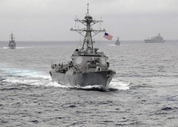 زوارق إيرانية تجبر سفينة أمريكية على تغيير مسارها بمضيق هرمز