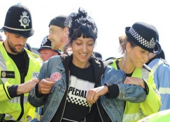 تعرف على المرأة التي ابتسمت في تحدٍ لمتظاهري مجموعة معادية للمسلمين