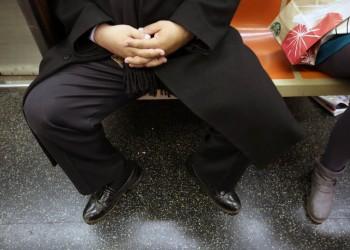 مدريد تحظر جلوس الرجال وسيقانهم مفتوحة في المواصلات العامة