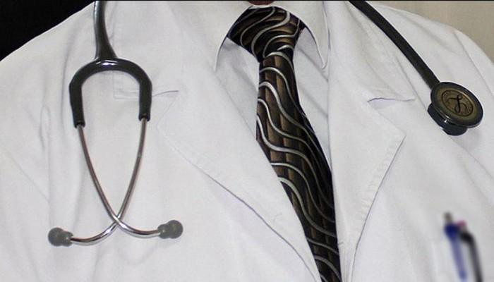 الكويت: عامل نظافة انتحل شخصية طبيب لنحو 35 عاما
