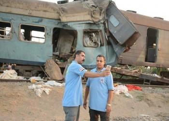 مسعفان مصريان يلتقطان سيلفي أمام حادث القطارين