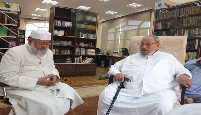 «القرضاوي» يستقبل بالدوحة داعية هنديا طردته عمان