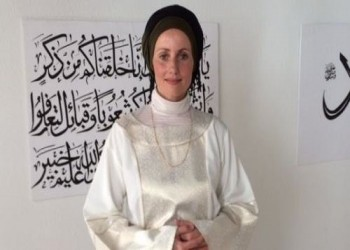 «شيرين خانخان».. أول امرأة تؤم المصلين بالدنمارك