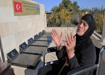 وفاء للعثمانيين.. مسنة أذرية تعتني بمقابرهم منذ سنين