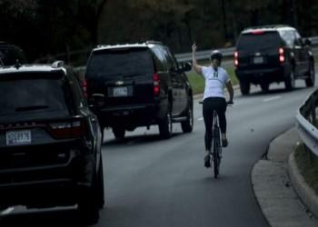 طرد امرأة من عملها رفعت الأصبع الوسطى لـ«ترامب»