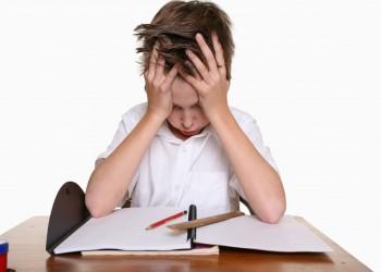 كيف يمكن التعامل مع تهرب طفلك من واجباته المدرسية؟