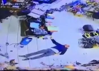 كويتي يسحل عاملا مصريا بطريقة وحشية.. (فيديو)