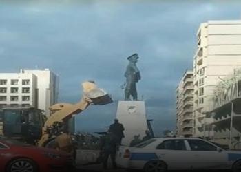 فيديو.. تكسير تمثال «عبدالمنعم رياض» في مصر