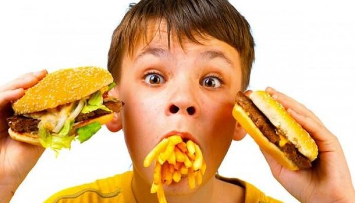 دراسة: تناول الأطفال للوجبات السريعة يعرضهم لأمراض القلب والسكري