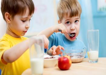من بريطانيا.. تحذير للأطفال من تناول للوجبات الخفيفة
